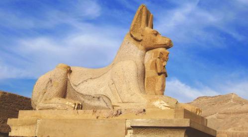 Reconstitution d'un chacal à l'image d'Anubis. Voie processionnelle nord
