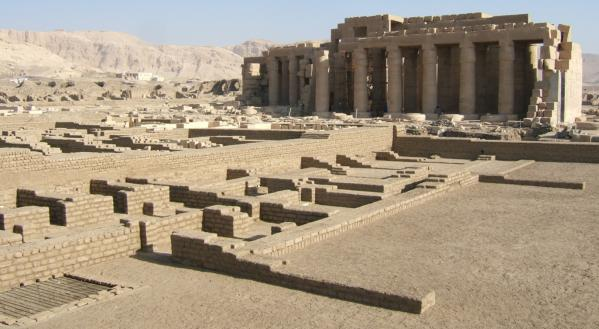 Matérialisation de la maison de vie (école) du Ramesseum, Cliché © Christian Leblanc.