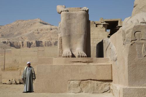 Le colosse Touy, mère de Ramsès II, après son remontage dans la  première cour du temple. Cliché © François Gourdon.