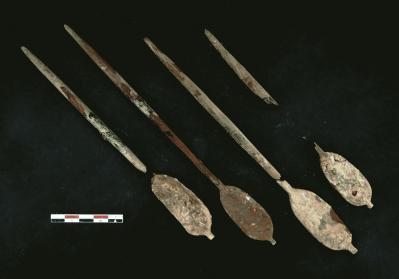 Rames en bois provenant d'un modèle de bateau qui devait prendre place parmi le mobilier funéraire de la tombe.